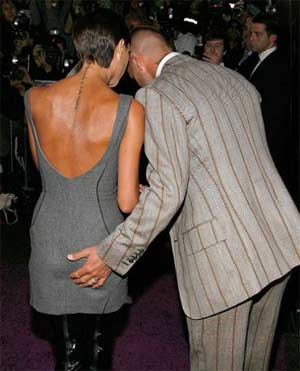 Beckham karısının poposu tuttu