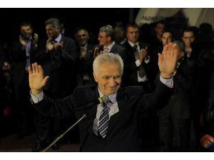 İnsanlığa karşı suç işleyen Sırp, kahraman gibi karşılandı