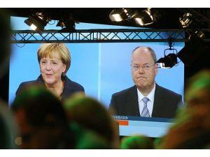 Merkel seçimlerdeki rakibi Steinbrück ile karşı karşıya geldi