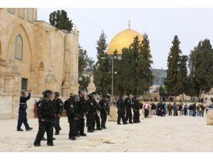 Yahudi yerleşimciler Mescid-i Aksaya zorla girdi