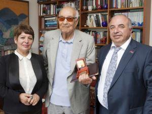 """Yaşar Kemale """"Krikor Naregatsi"""" nişanı"""