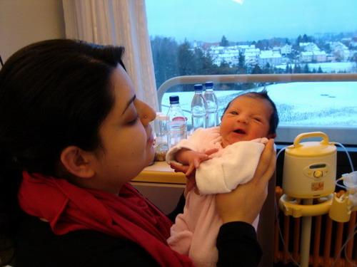 Doğduğu odada kızını dünyaya getirdi