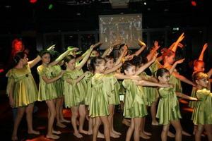 Miniklerden dans şov