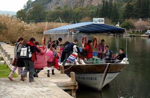 Öğrencileri balıkçı teknesi ile okula yetiştiriyorlar