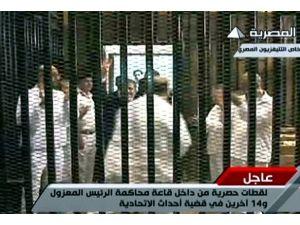 """Mursi duruşmaya """"Türk malı"""" ceketle katıldı"""