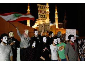 Anonymous üyelerinden maskeli yürüyüş