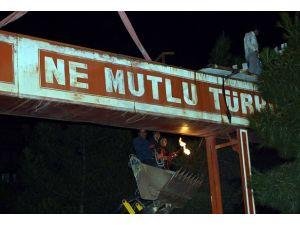 """Diyarbakırda """"Ne Mutlu Türküm Diyene"""" tabelası kaldırıldı"""