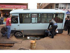 Yol çökünce yolcu minibüsü çukura düştü