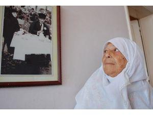 Atatürke çiçek verdiği anı unutamıyor