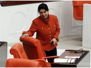 Leyla Zana Genel Kurula pantolonla katıldı
