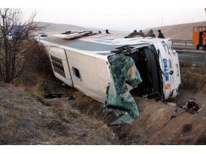 Yolcu otobüsü şarampole devrildi: 1 ölü, 14 yaralı