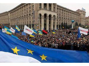 Ukraynada hükümet binasına giden yollar kapatıldı
