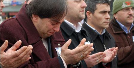 BBP önünde gözyaşları akıyor