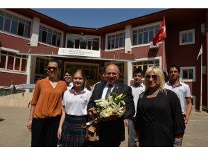 Vali Çiçek, Marmaris'te öğrencilerin karne heyecanına ortak oldu