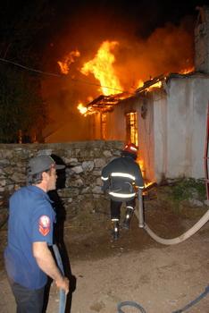 Üniversitelilerin kaldığı ev yandı