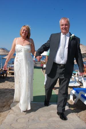 Düğün kıyafetleriyle geldiler