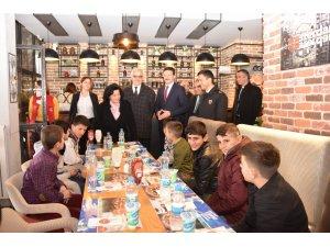 """Vali Civelek """"Biz Anadoluyuz"""" Projesi Kapsamında Muş İlinden Gelen Öğrencilerle Bir Araya Geldi"""