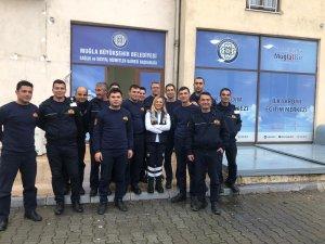Muğla Büyükşehir Belediye personeli ilk yardımcı oluyor