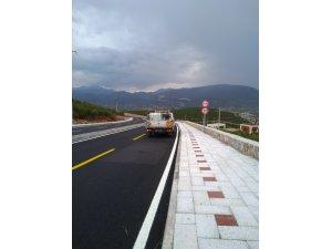Yeni Milas Devlet Hastanesi'ne ulaşımı sağlayacak bağlantı yolunun çizgi ve düşey levha çalışmaları da tamamlandı