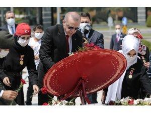 Meclis'in çatısı altında görev yapan kalbi millet sevdasıyla yanıp tutuşan herkesi büyük ve güçlü Türkiye davamıza destek olmaya davet ediyorum
