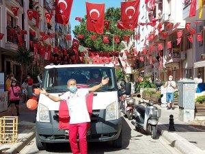 Marmaris'te 23 Nisan, 105 sokakta balkonlarda kutlandı