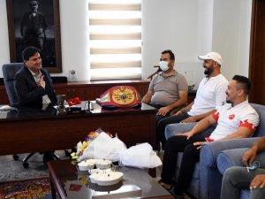 Milli Boksör Alcu, Karaca'yı Ziyaret Etti