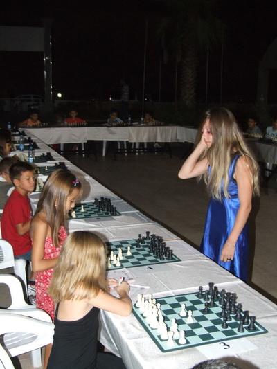 Satranç üstadı 20 oyuncu ile aynı anda karşılaştı