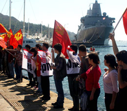 ABD savaş gemisine protesto