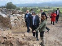 Vali Orhan Tavlı ve YİKOB Daire Başkanı Muhsin Eryılmaz Akyaka Ortaçağ Kalesinde İncelemelerde Bulundu